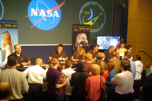 NASA HQ employees crowded around STS-127 crew.