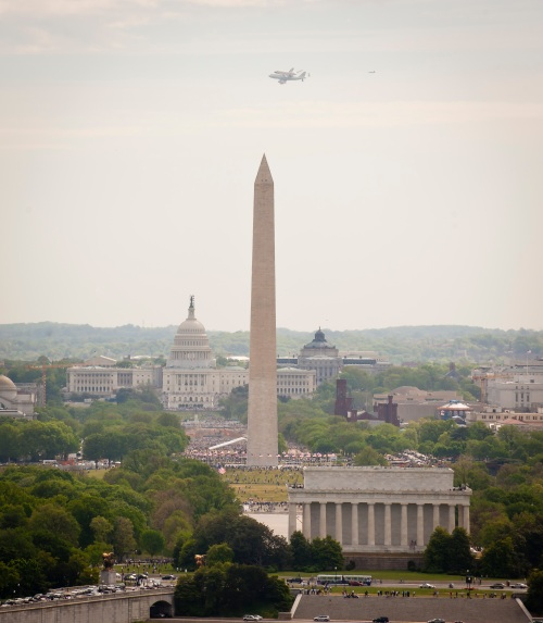 Shuttle Discovery over DC. Photo: NASA/Chris Gunn